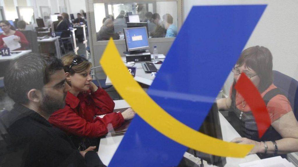 Personas en oficina agencia tributaria atención presencial
